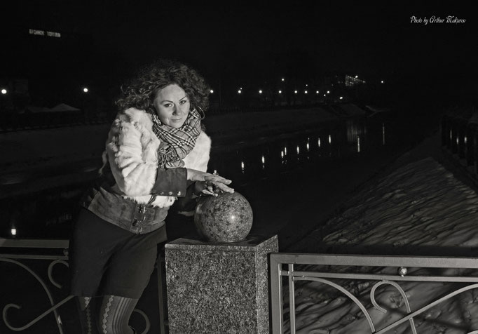 Зимний портрет около моста