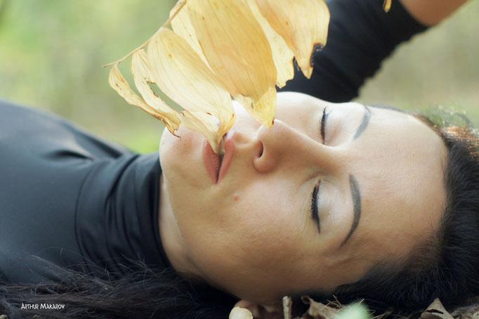 Фото женщины - впитывая аромат физалиса