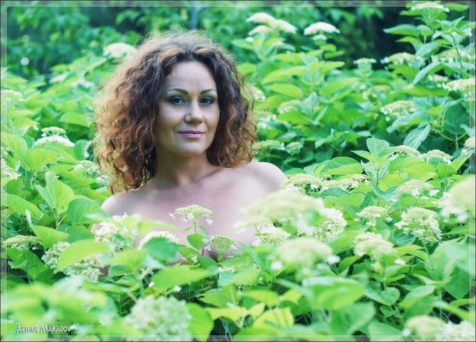 Лесная фея - портрет девушки в окружении цветов