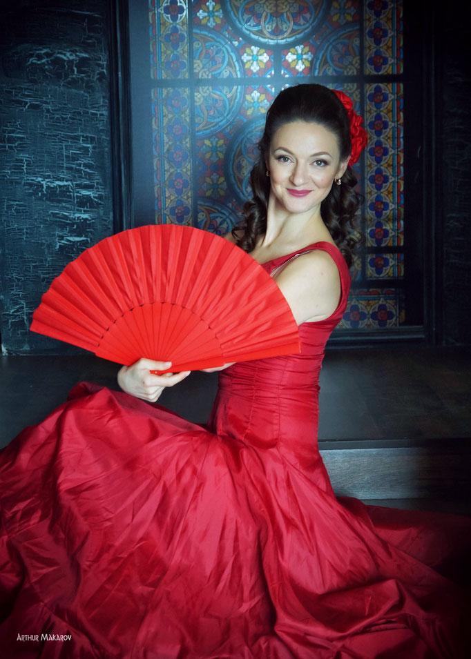 фотосессии в студии Харькова -  портрет  женщины с веером
