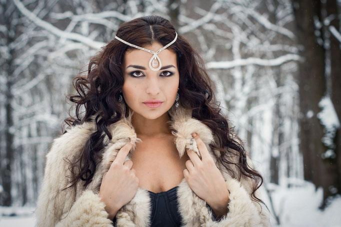 Портрет девушки в зимнем лесу