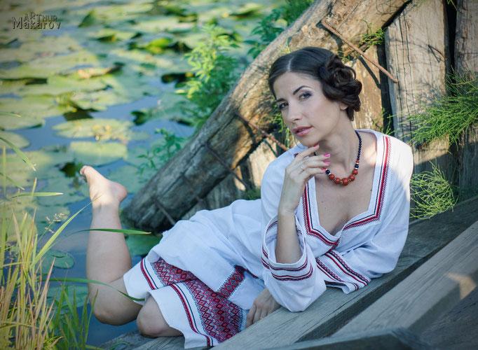 Портрет девушки в одеянии в национальном стиле