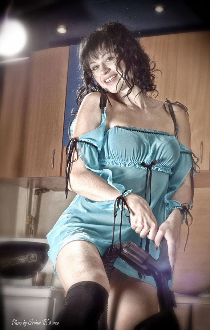 фото в Харькове - девушка в роли домоработницы