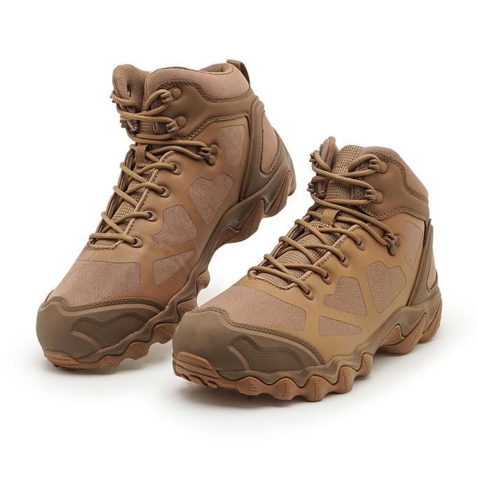 пара мужской обуви для путешествий