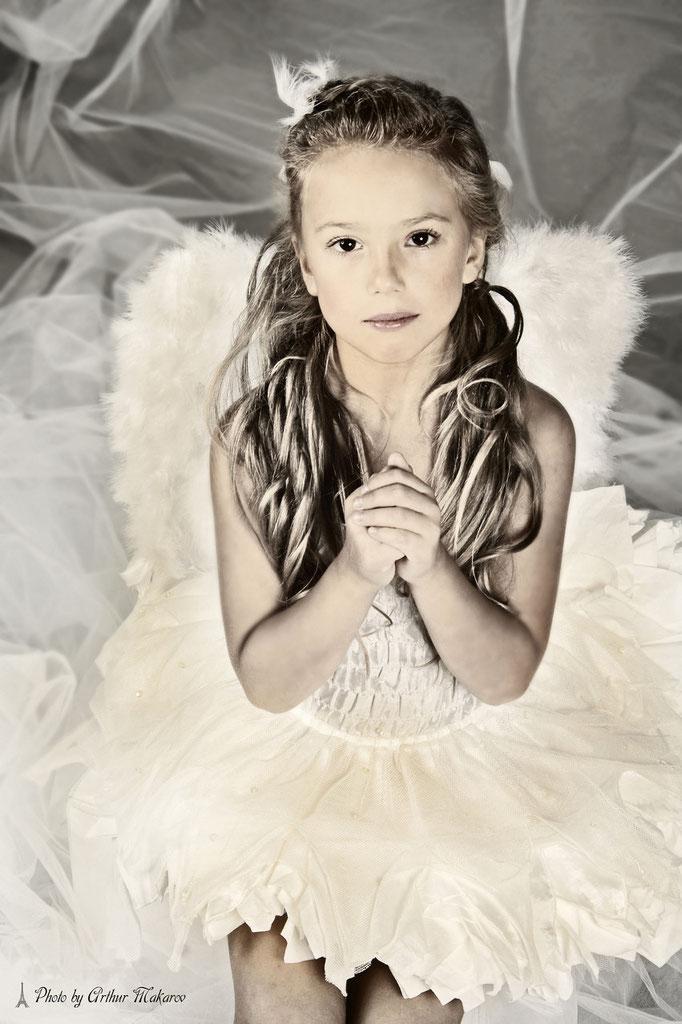 ребенок в ангельской одежде