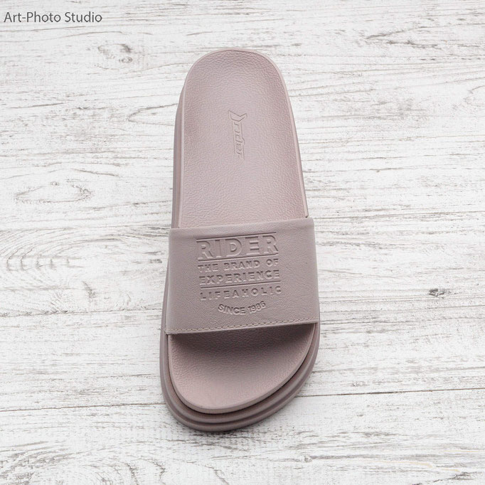 предметная съемка обуви на деревянном фоне