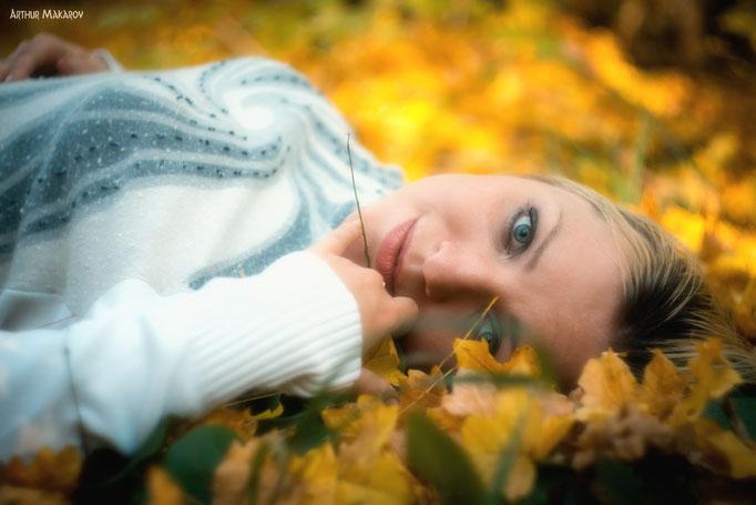 Портрет девушки на фоне опавшей осенней листвы