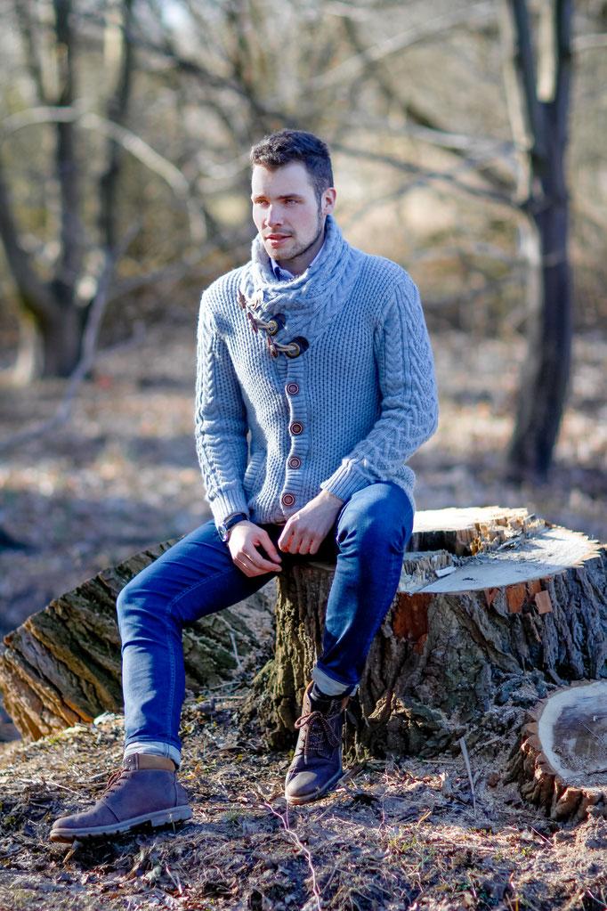 Männerportrait outdoor alltäglich| Hendrikje Richert Fotografie| Neubrandenburg| Greifswald| Mecklenburg- Vorpommern| Baumstamm| Natur| Mann| 85mm 1.2|