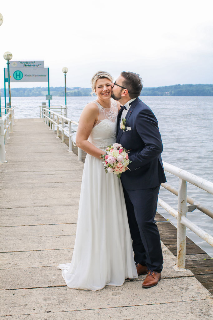 Hochzeiten| Hendrikje Richert Fotografie| Groß Nemerow, See, Kuss