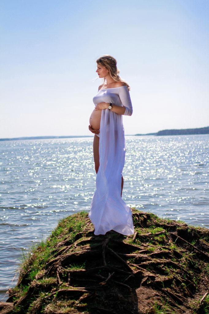 Schwangerschaft| Hendrikje Richert Fotografie| Schwangerschaftskleid, Neubrandenburg, Tollensesee, weißes Kleid