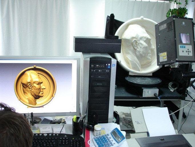 El modelo original del escultor , es escaneado en 3D láser, con precisión. Se pueden introducir modificaciones en el 3D digital , a paetición de escultor: correciones, compensaciones, ajustes especiales, cambio de tipolgía, actualizaciones estilístas ...