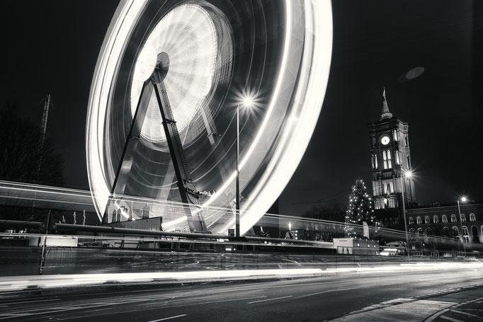 Langzeitbelichtung Rotes Rathaus Berlin Weihnachtsmarkt mit Riesenrad