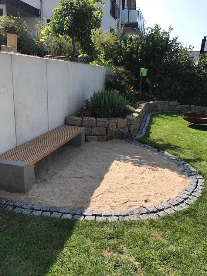 Gartenbank mit Steineinfassung