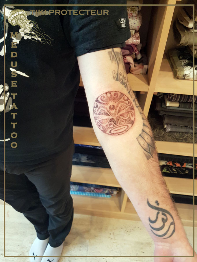 Tiki protecteur au dotwork - Méduse Tattoo en Belgique