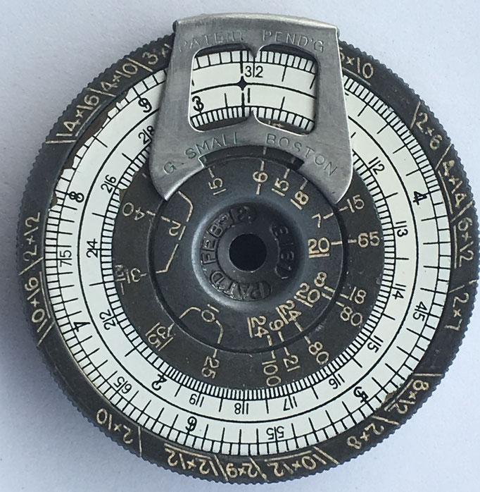 "Reverso de la regla de cálculo cilíndrica The ""SMALL"" Pocket Calculator, fabricada por G. Small Company en Boston (Masachusetts, USA), año 1918"