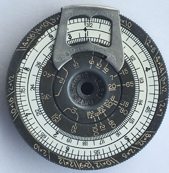 "Reverso de la regla de cálculo cilíndrica The ""SMALL"" Pocket Calculator, fabricada por The  Small Calculator Company en Boston (Masachusetts, USA), año 1918"