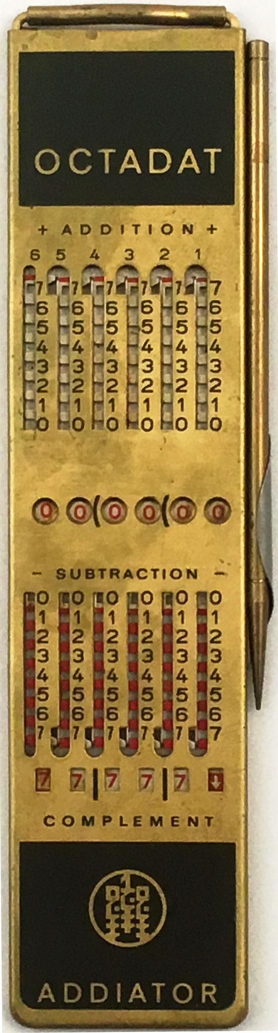 Addiator OCTADAT, base 8 (u octonario u octal) para uso de programadores del PDP-8, ICL 1900 y modelos de IBM que empleaban palabras de 12 bits, 24 bits o 36 bits, año 1968, 3.5x16 cm