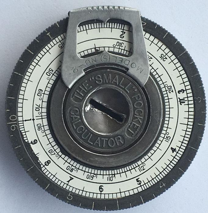 """Regla de cálculo cilíndrica The """"SMALL"""" Pocket Calculator modelo 2, inventada por Gilbert Small de Waltham (Massachusetts, USA), año 1917, 4.8 cm diámetro"""