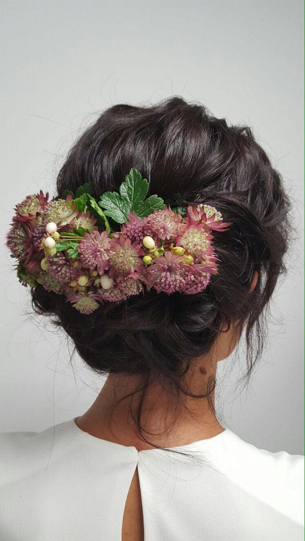 Recogido con flor natural.