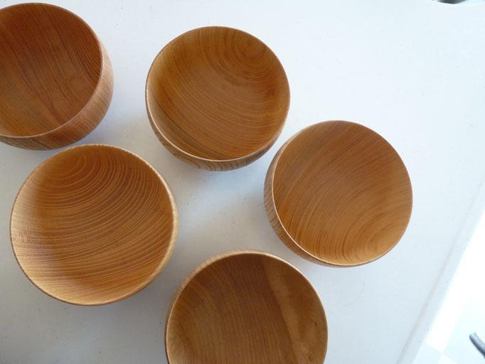 同じ木種からつくられた器でも色味に違いがでます。
