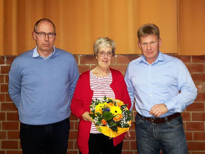 Thomas Kahle und Heiko Haase bedanken sich bei Eva Messerschmidt, die seit über 20 Jahren die Prüfungen zum Deutschen Sportabzeichen abnimmt.