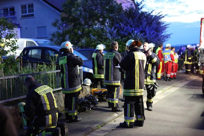 Zahlreiche Rettungskräfte säumten die Straße des Brandhauses