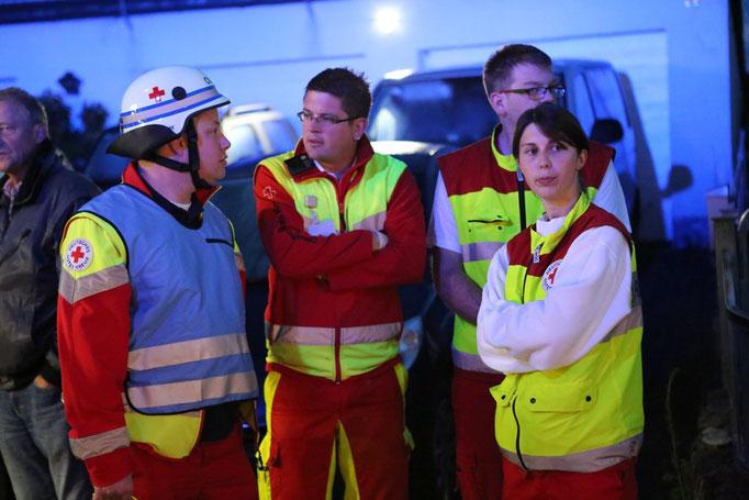 Rettungsdienst mit dem Organisatorischen Leiter des Rettungsdienstes (OLRD) Thorsten Ellrich im Gespräch mit den Mitarbeitern des Rettungsdienstes