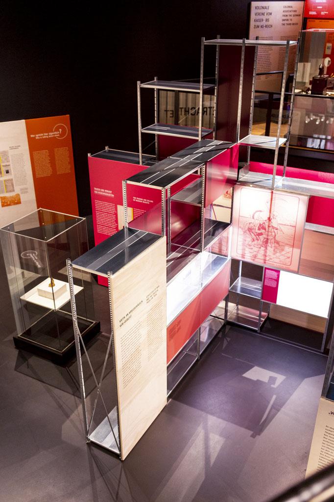 Innenausbau, Museumsbau, Objektbau von Wienss Innenausbau aus Welzheim für die Region Stuttgart, Reutlingen und weit darüber hinaus... das Lindenmuseum Stuttgart von www.wienss-innenausbau.de - Totale in Rot
