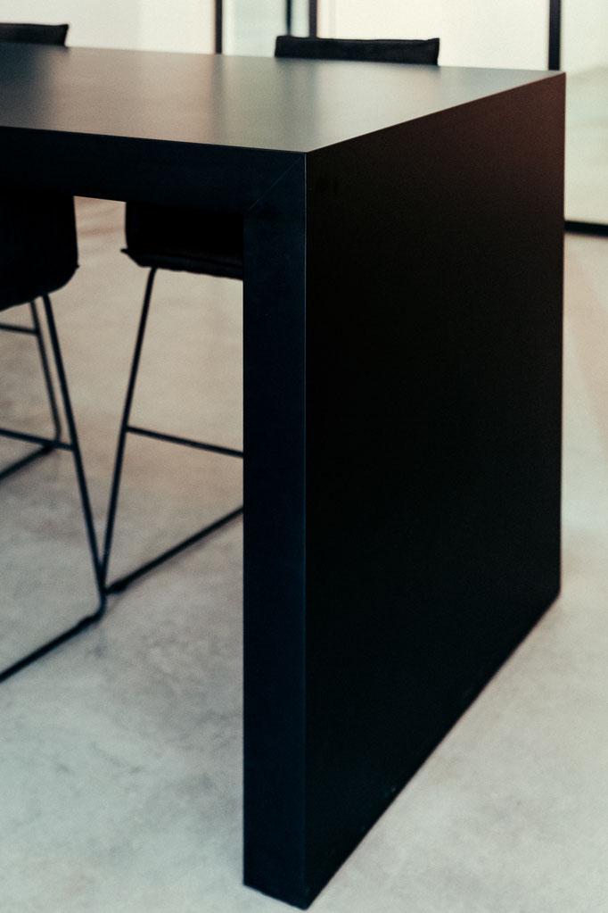 Innenausbau, Museumsbau, Objektbau von Wienss Innenausbau aus Welzheim für die Region Stuttgart, Reutlingen und weit darüber hinaus... für the-whitepaper.de - von www.wienss-innenausbau.de - Detail Tisch