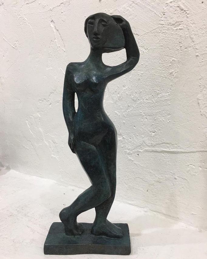 Bronze. Patine bleu foncée.