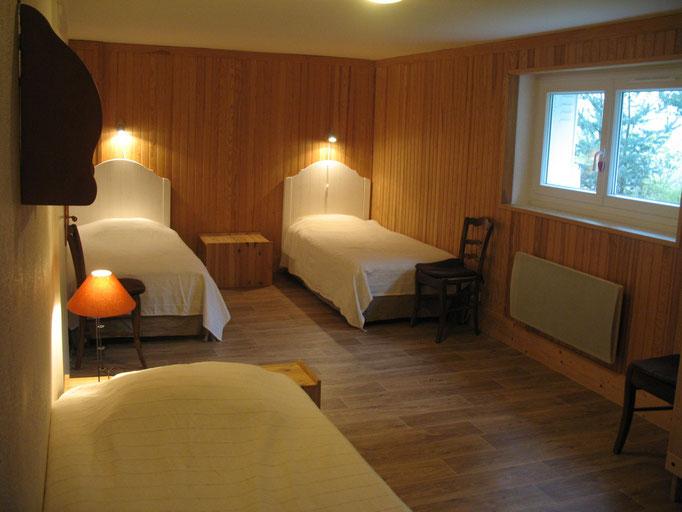 Chambre rez de jardin (3 lits en 90)
