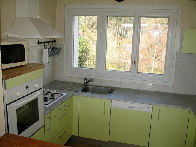 Cuisine équipée (4 gaz, four, frigo avec partie congélateur, lave-vaisselle, grille pain, cafetière...)