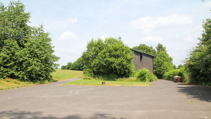 Platzmangel gibt es rund ums Haus nicht. Es befindet sich eine große Spielwiese und ein großer (Park-)Platz direkt am Freizeitheim.
