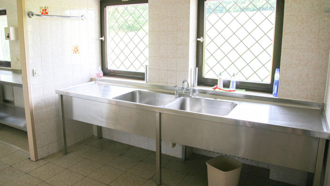 Die Spülküche verbindet die Küche mit dem Speisesaal. Dort kann man nach den Malzeiten gemeinsam spülen. Denn gemeinsames Spülen macht Spaß und unterstützt die Gruppendynamik :)