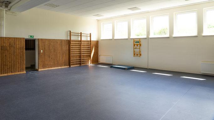 Die kleine Turnhalle bietet Platz für Spiel und Spaß im Haus, ist aber auch z.B. für einen Kino-Abend mit Decken auf dem Boden geeignet...
