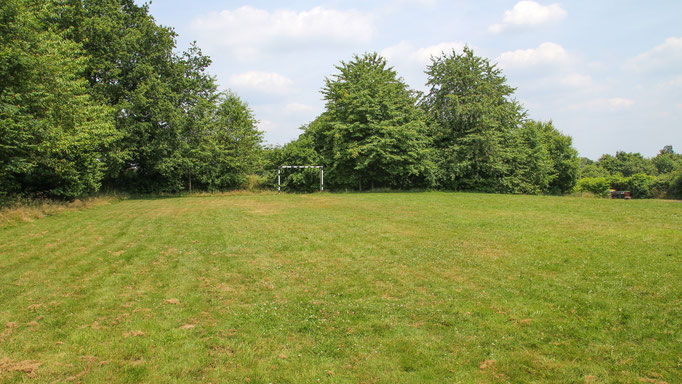 Neben Wald und Wiese, die für Aktionen im Freien rund um das Freizeitheim zur Genüge zur Verfügung stehen, befindet sich direkt neben dem Haus ein kleiner Bolzplatz.