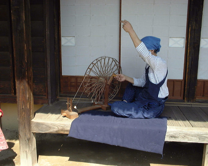 糸車で糸紡ぎ