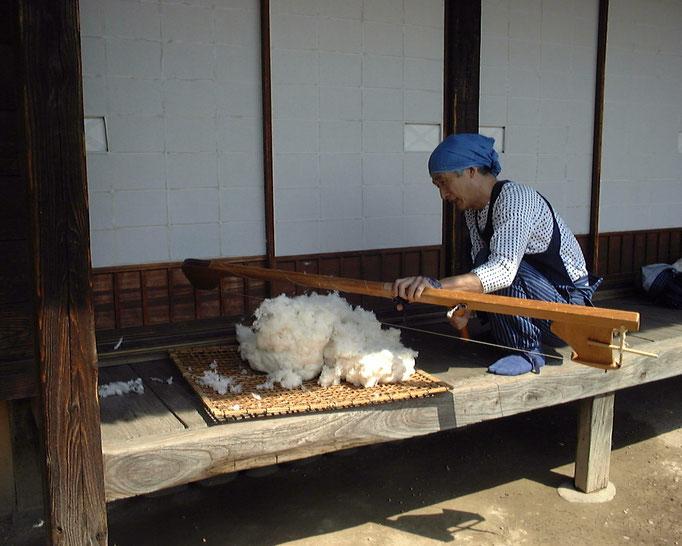 唐弓で綿打ち作業