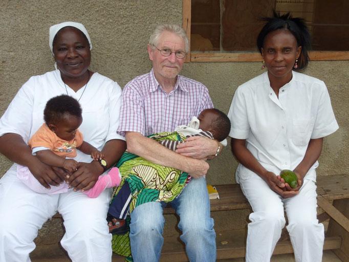 Dr. Josef Steininger und 2 Krankenschwesternchwestern in Mbanza-Ngungu (2014)