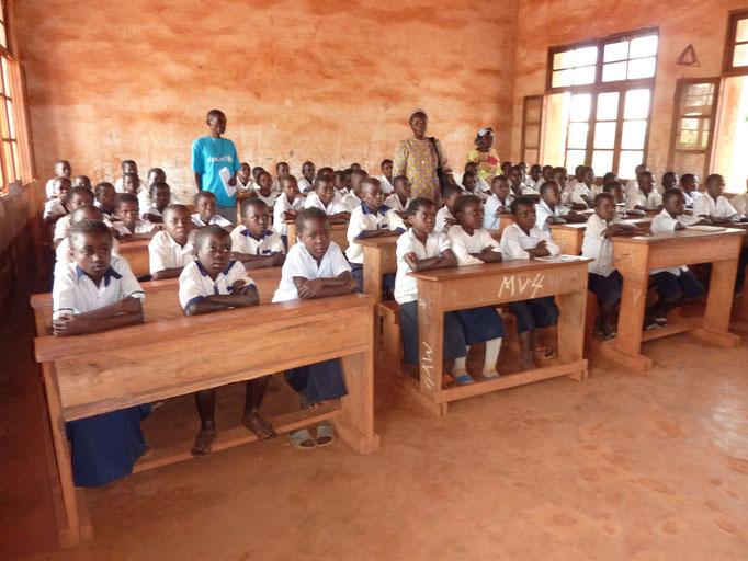 Schulklasse mit den neuen Bänken in Vunda