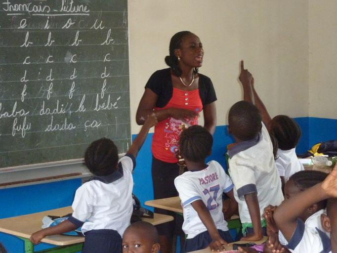 eifrige Schüler im Unterricht