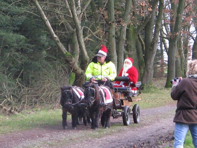 Der Weihnachtsmann fährt vor beim Spaziergang vom Bassumer Hundetreff !