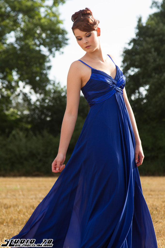 Steckfrisur Hochsteckfrisur blaues Kleid