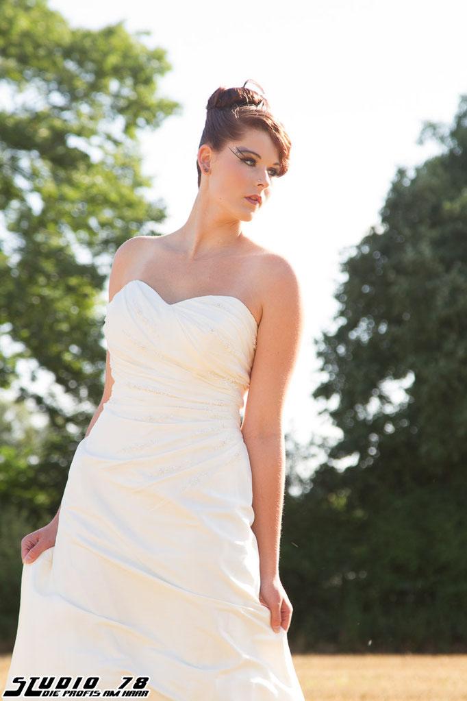 Steckfrisur Hochsteckfrisur weißes Brautkleid