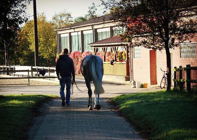 Christian und Calimero beim Spaziergang
