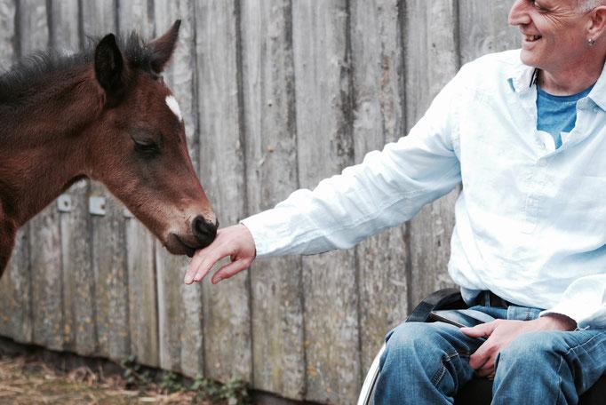 Zwei Wochen alt und mit seinem stolzen Besitzer Hannes