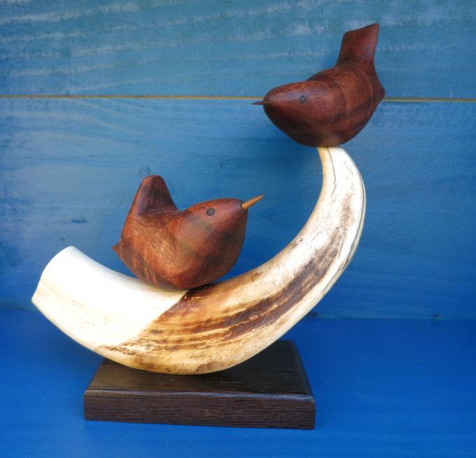 Troglodytes en bois d'angélique sur grès de phacochère - socle en wengué  - 120 €