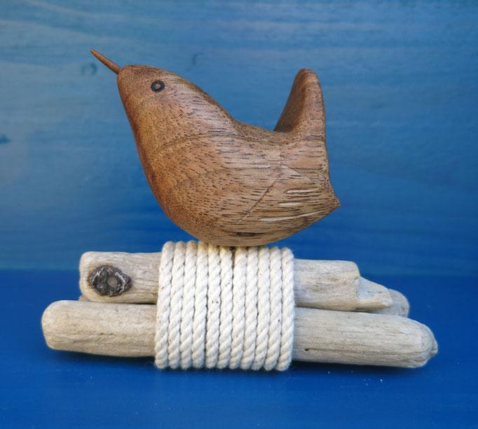 Troglodyte en noyer - sur bois flotté - 40 €