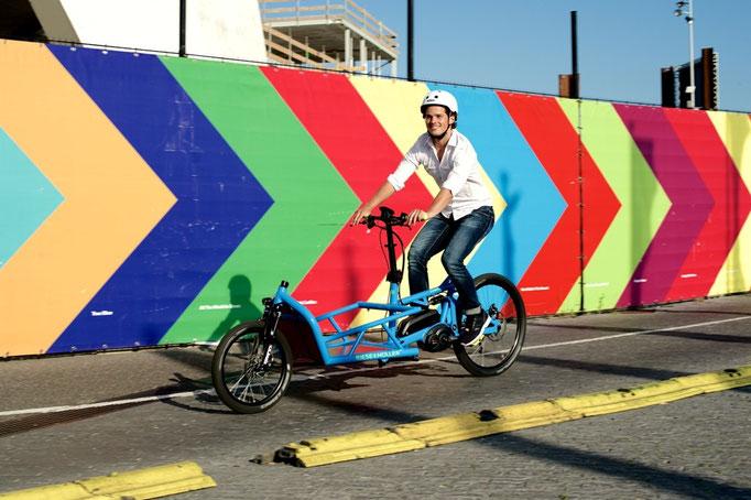 unbeladenes Cargo e-Bike während der Fahrt