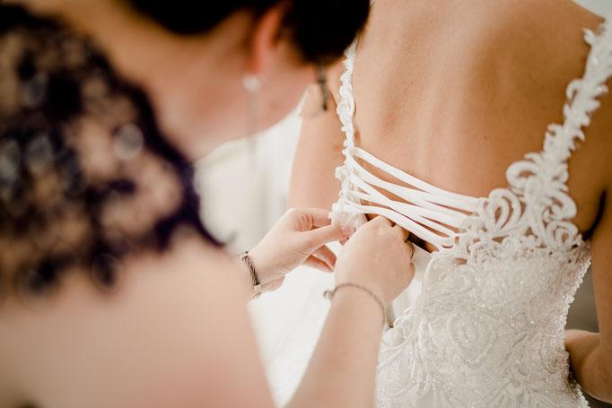 Getting ready, Trauzeugin, Schnüren, Brautkleid, anziehen,